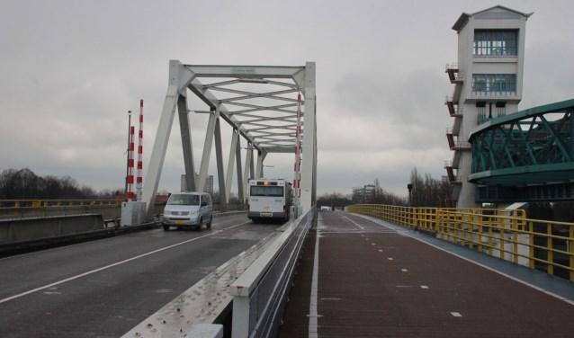 • De Algerabrug tussen Krimpen en Capelle vormt een bottleneck als het gaat om de verkeersafwikkeling rond Rotterdam.