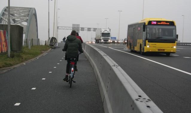 • Er bestaan zorgen over de fietsveiligheid op de Jan Blankenbrug.