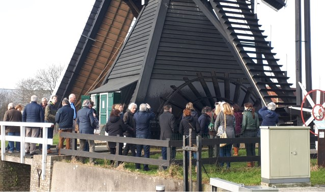 • De ambtenaren bij molen Ter Leede.