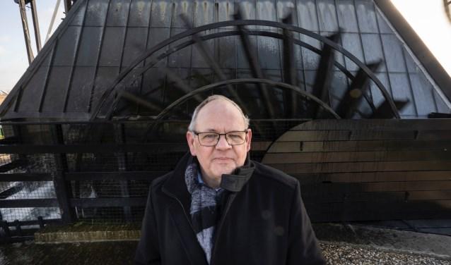 • Peter Kwakernaak bij het rad van de Blokweerse molen in Kinderdijk.