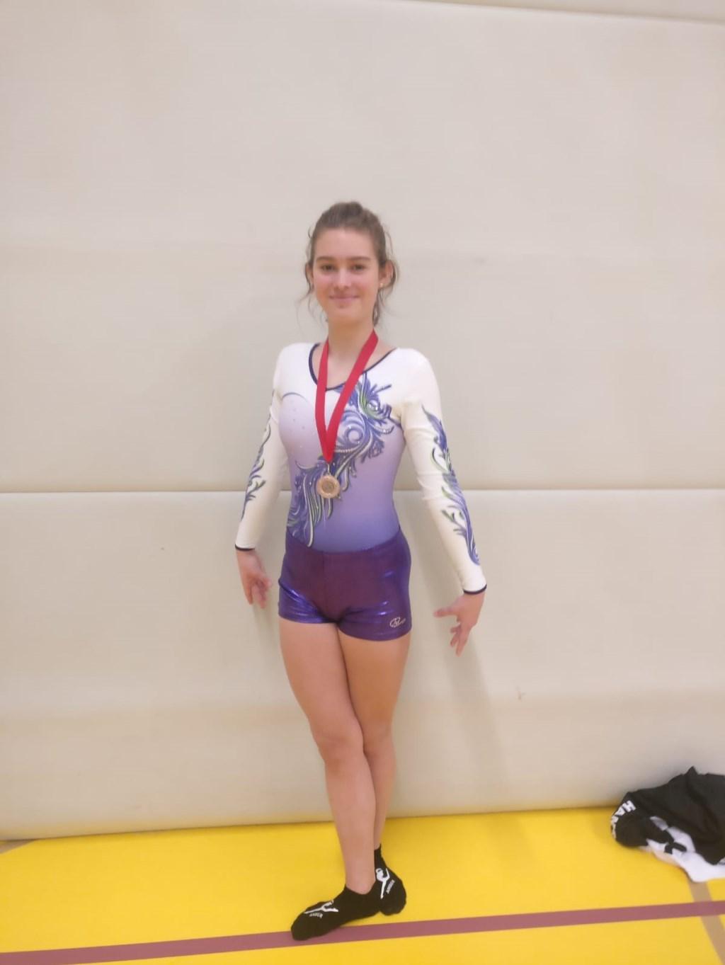 • Amber uit Ammerzoden met haar medaille. Foto: aangeleverd © Bommelerwaard