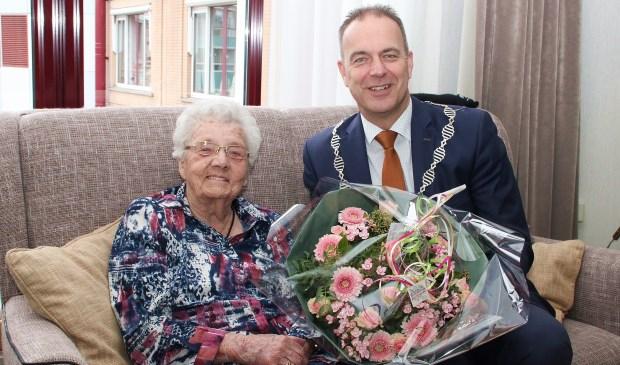 • Mevrouw Muller met burgemeester Paans.