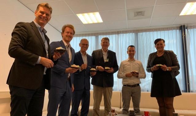 • Rechts Maaike van de Ven (Accountmanager Bedrijven van de gemeente), daarnaast directeur Michel Italiaander van MR Coils en daarnaast wethouder Willem Posthouwer.