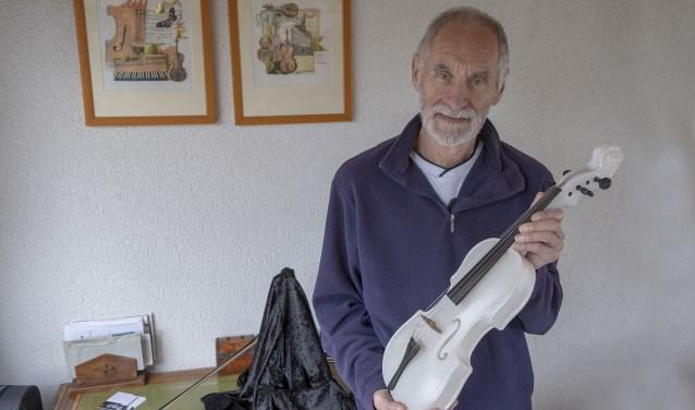 • Kunstenaar Pieter van der Velden met zijn bijzondere viool van albast.
