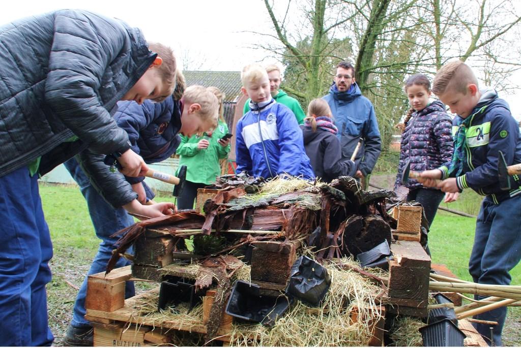 • Kinderen bezig met het maken van een insectenhotel bij Scouting Van Brederode. Foto: Bert Bons © Klaroen