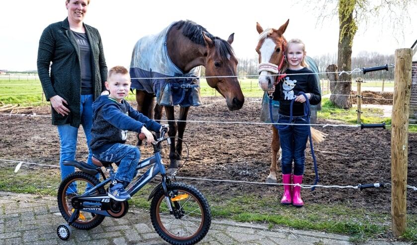 • Jolanda van Drunen met haar zoontje Kasper (4), dochter Iris (8) en paard Charlie en pony Diva.