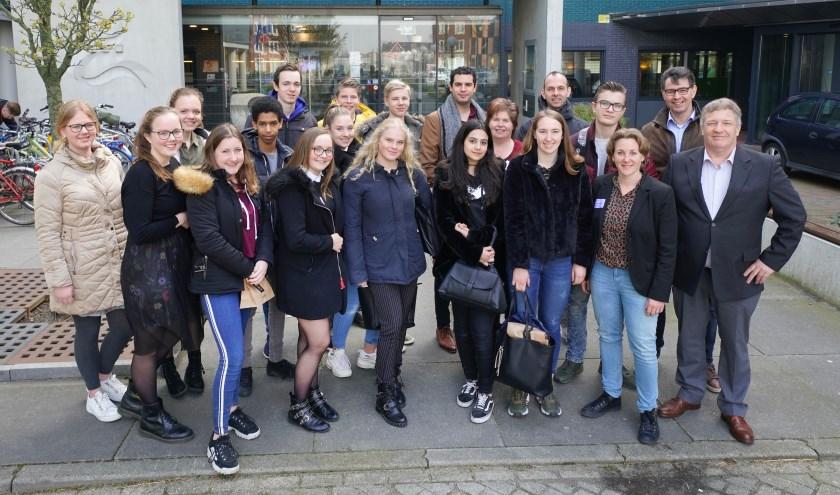 • Leerplichtambtenaren, de Zaltbommelse onderwijswethouder Adrie Bragt (rechts), leerlingen, docenten van Cambium en Gomarus na afloop van de bijeenkomst op het Stadskantoor van Zaltbommel.