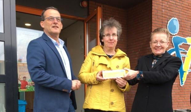 • Wethouder Johan Quik, met naast hem verkeersouder Sjanie de Krey en Bea van der Steen. Zij is schoolcontactpersoon verkeer.  © Alblasserwaard