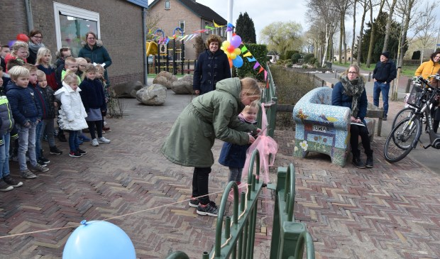• De oudste en de jongste leerling knipten een lintje door om het plein officieel te openen.