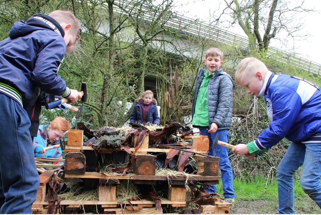 • Kinderen bezig met het maken van een insectenhotel bij Scouting Van Brederode.