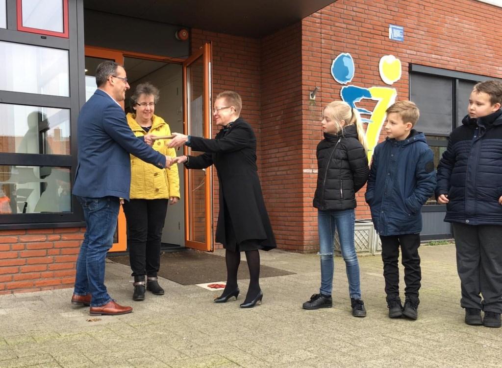 • Wethouder Johan Quik, met naast hem verkeersouder Sjanie de Krey en Bea van der Steen. Zij is schoolcontactpersoon verkeer.
