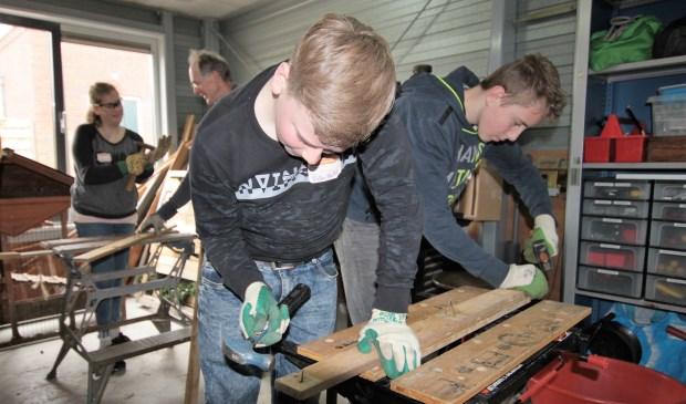 • Leerlingen van het Driestar College bezig in De Buurtschuur.