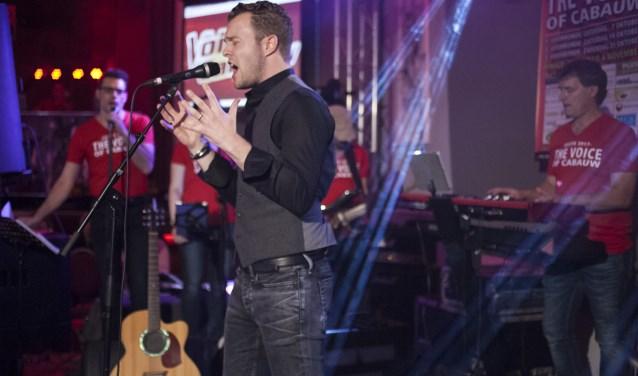 • Hugo van Amerongen in de rol van zanger, tijdens de finale van The Voice of Cabauw (november 2017).