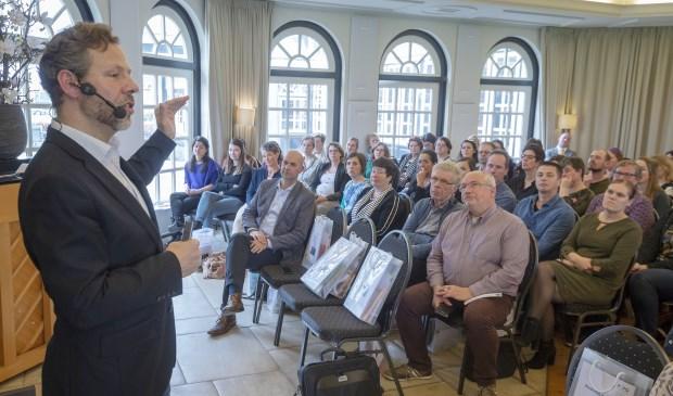 • Ben Tiggelaar voor de zaal met PCPO-medewerkers.