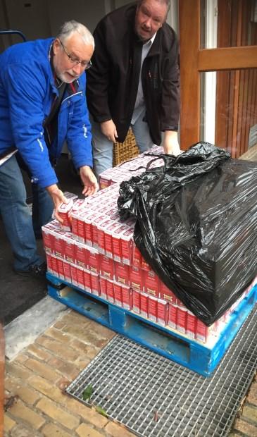 Leden van Lions Club Krimpen aan den IJssel met een pallet vol pakken koffie.