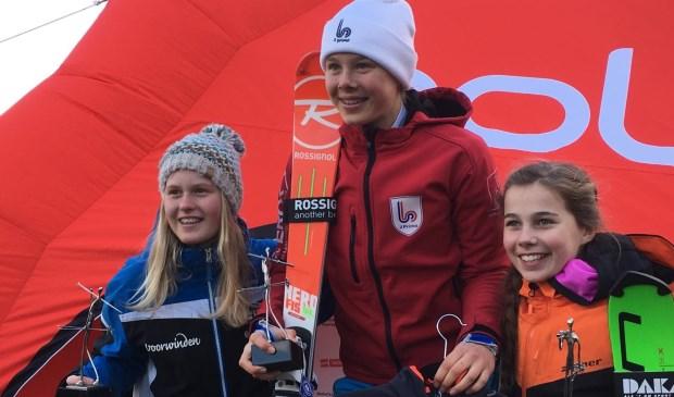 • Nienke Dost (links) tijdens de prijsuitreiking.  © Klaroen