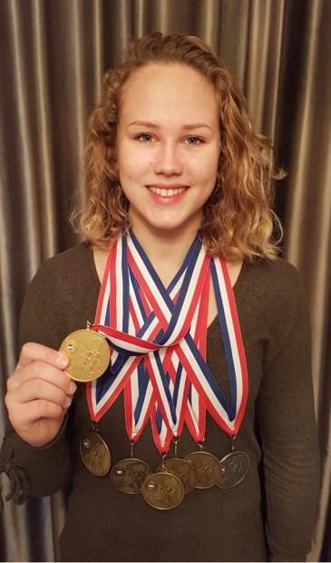 • Yael van Heemst met al haar medailles, behaald op NK's.