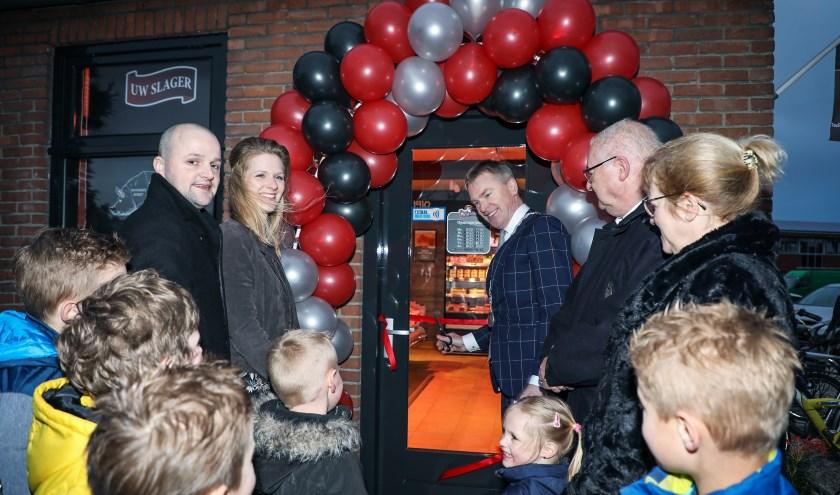 • Burgemeester Peter Rehwinkel verrichtte de officiële opening. Links staan Gerrit en Carola Kant, rechts Kees en Jannie Oomen.