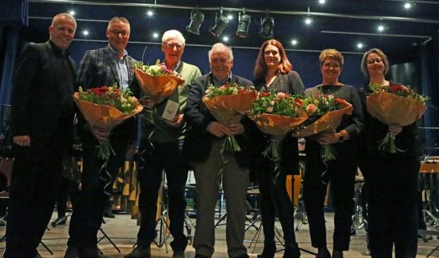 • V.l.n.r.: Voorzitter Willem van de Plassche, Jos Versluis (50 jr) , Adriaan de Bie (60 jr), Cor van Ooijen (50 jr), Annemiek de Kuijper (40 jr), Aria Bron (25 jr) en Monique van Haaften (12,5 jr).