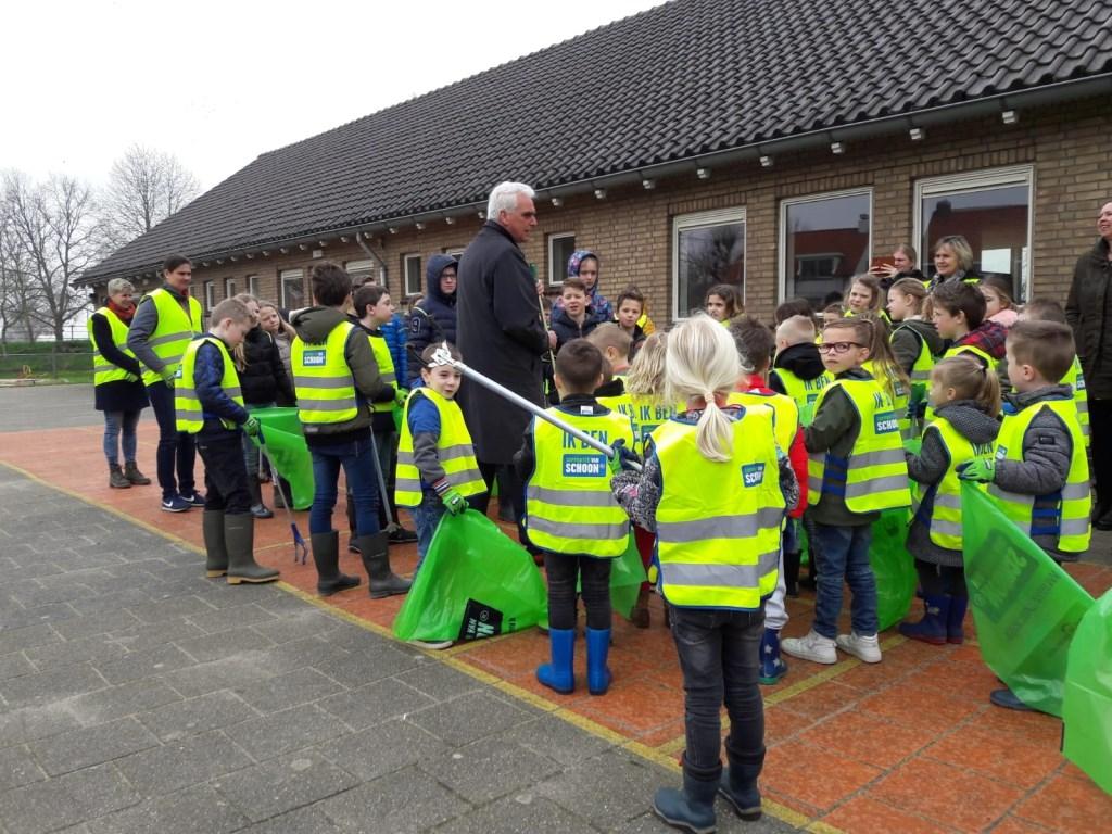• Wethouder De Vries op de Sint Odradaschool. Foto: Gemeente Maasdriel © Bommelerwaard