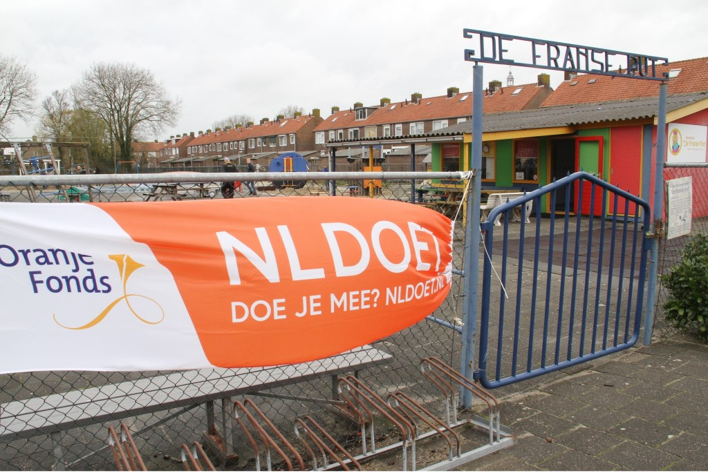 • Het spandoek van NL Doet wappert aan het hek van speeltuin De Franse Put. Foto: Anne Marie Hoekstra © Alblasserwaard