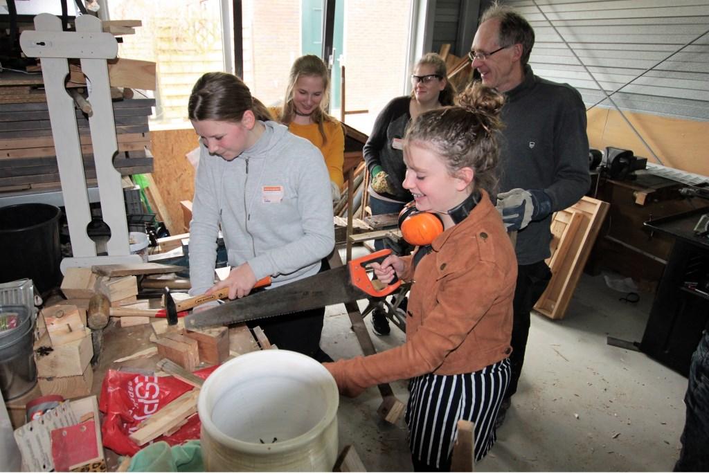 • Leerlingen van het Driestar College bezig in De Buurtschuur. Foto: Floris Bakker © Krimpenerwaard