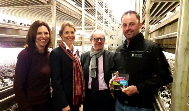 • Jarno Goesten kreeg de prijs uit handen van wethouders Anita Sørensen en Jan-Hein de Vreede.