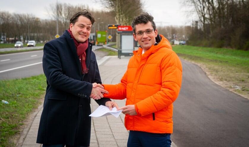 • Jan Mark ten Hove, raadslid SGP Alblasserdam, overhandigde vrijdag de resultaten van de enquête over Qbuzz aan Gerard van de Breevaart, nummer 2 op de kandidatenlijst van SGP Zuid-Holland.