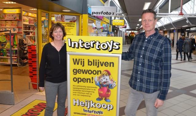 • Carola en Henk Heijkoop voor hun winkel in winkelcentrum Crimpenhof.