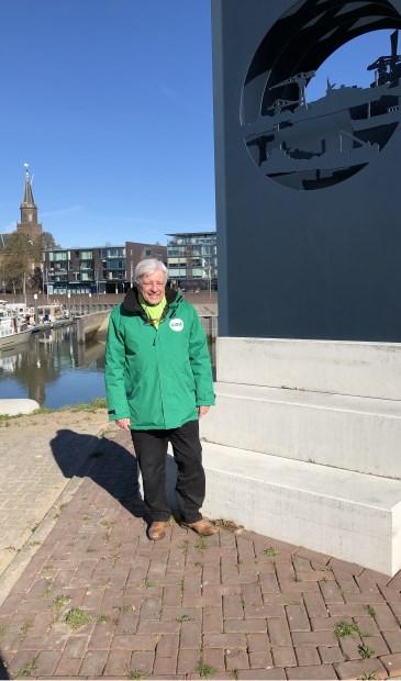 • Arie den Boer bij het kunstwerk aan de Haven in Alblasserdam.