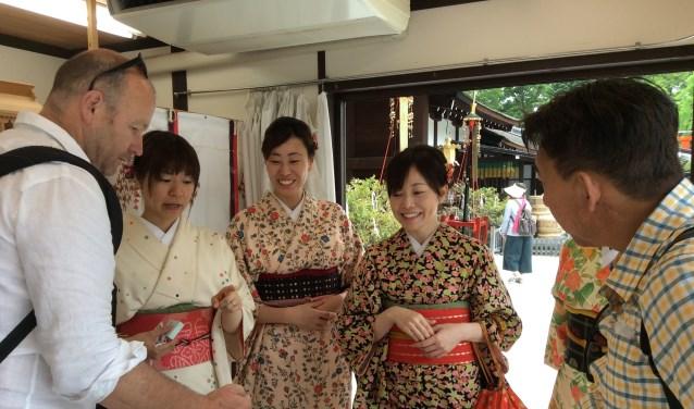 • Theo Leerintveld bij de uitleg in een Japanse tempel.