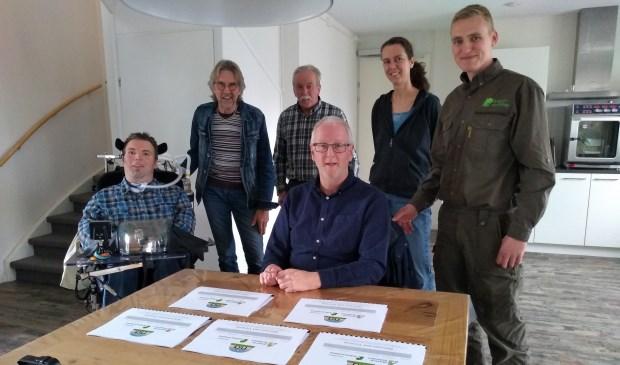 • Vlnr. Roel Wigman (NiA), Jan van Haaften (NiA), Kobus Kolff (agrariër/natuurbeheerder), Wilko Voerman (gemeente Altena), Kim Renders (NiA) en Jos Schenkeveld (Brabants Landschap).