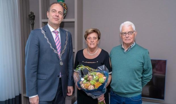 • Dick en Ria Bijl met burgemeester Paans.