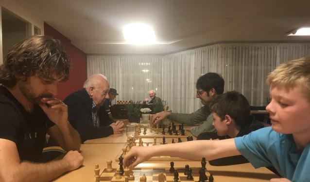 Johan Post, Gerben en Andre de Heer, Tinus Koman, Arie van Oord, Goof Visser en Wim Ippel op een van de laatste spelavonden in d'Altenaer.
