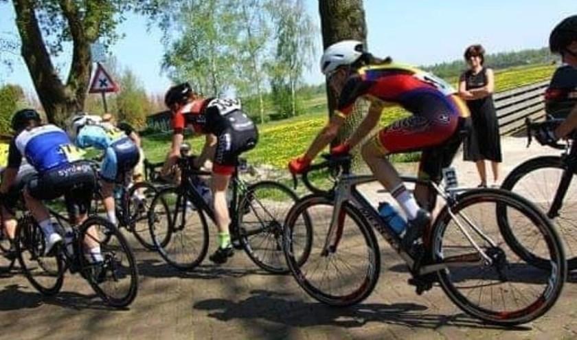 • Anna van der Meiden (op de rug gezien) in de kopgroep.