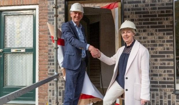• Met een handdruk wordt de start van de renovatie beklonken.