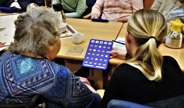 • Jongeren zorgen voor een gezellige avond voor ouderen, in de strijd tegen eenzaamheid.