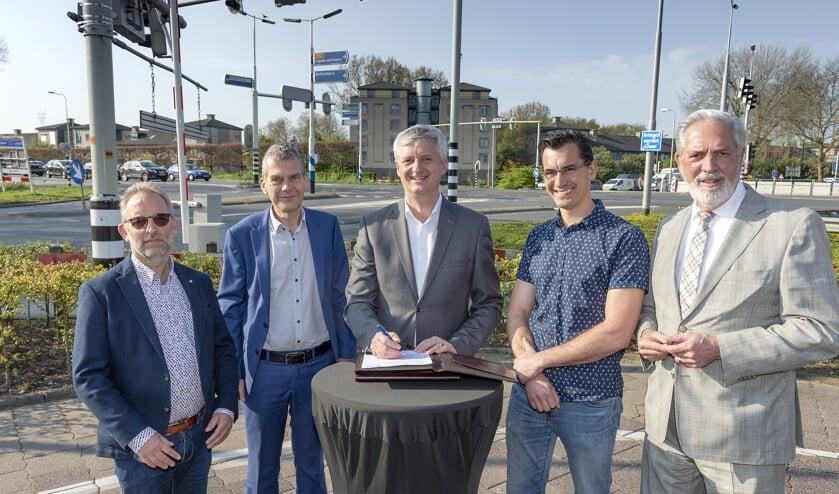 • De heer A. Molenaar (A. Molenaar Civiel BV), de heer P. van Voorden (Van Hattum en Blankevoort BV), wethouder Anthon Timm (gemeente Krimpen aan den IJssel), de heer M. Borreman (Arma Infra BV) en de heer T. de Wit (Aannemers- en Wegenbouwbedrijf Versluys & Zoon BV).