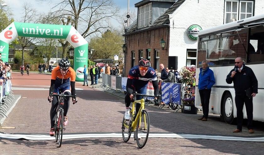 • Tijmen Pesselse (r) wint de funklasse in Lexmond.