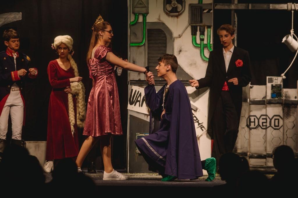 • Leerlingen spelen de prinses en de kikker, scene uit 'Er was eens'
