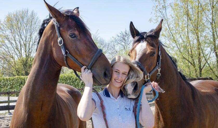 • Benth met haar paarden.