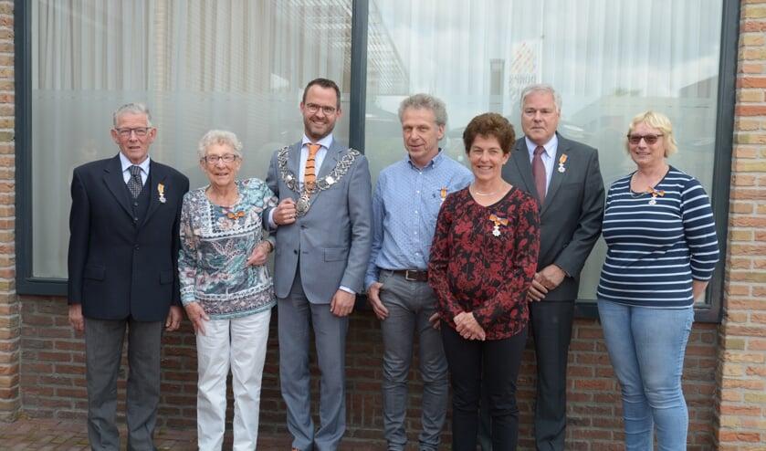 • De gedecoreerden met burgemeester Laurens de Graaf.