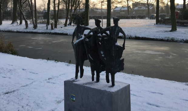 • Het beeld 'Menuette', gefotografeerd op een winterse dag.