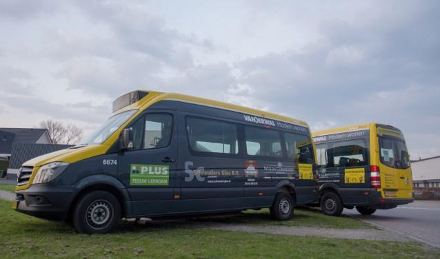 • De nieuwe bussen van de buurtbus met de namen van de sponsoren.