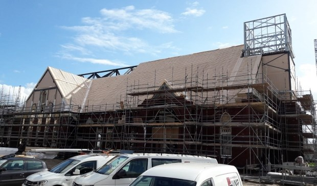 • Het in aanbouw zijnde kerkgebouw aan de Drossaardslaan.