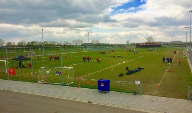 het voetbalcomplex met groepen sportende kinderen van de Franciscus