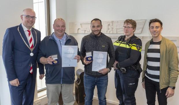 • Burgemeester Martijn Vroom reikte de heldenpenning uit aan de twee Krimpenaren.