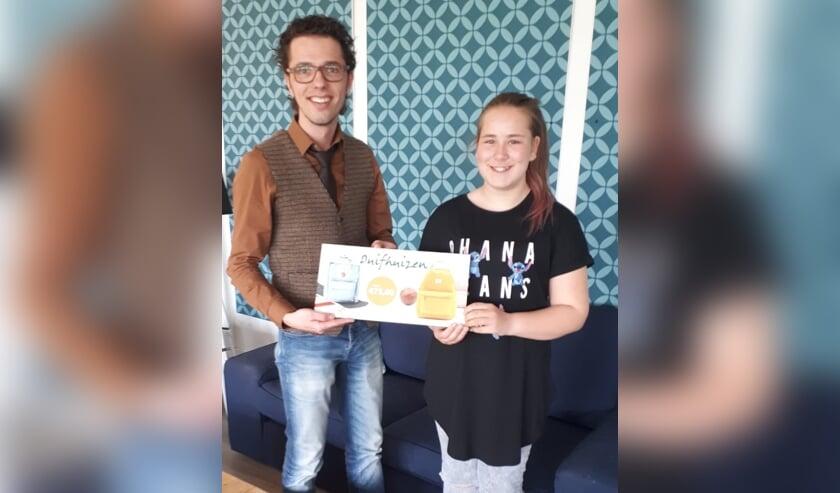 • Naomi ontvangt een cheque van Duifhuizen.