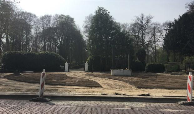 • Het plein voor de begraafplaats wordt opnieuw ingericht en is op tijd klaar voor de Dodenherdenking op 4 mei.