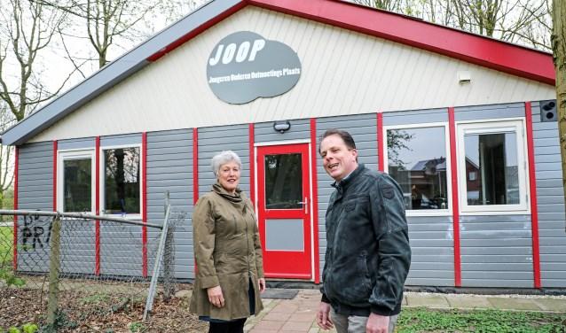 • Leny Louwerse en voorzitter Marcel Baijense van de Dorpsraad voor 'JOOP'.